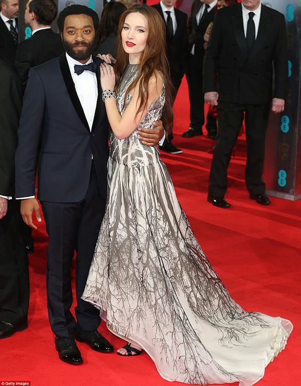 Angelina jolie và brad pitt tình tứ trên thảm đỏ baftas - 16