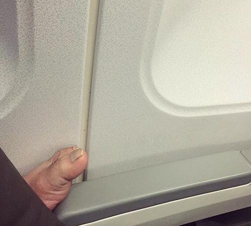 Những hình ảnh khó đỡ trên máy bay - 6