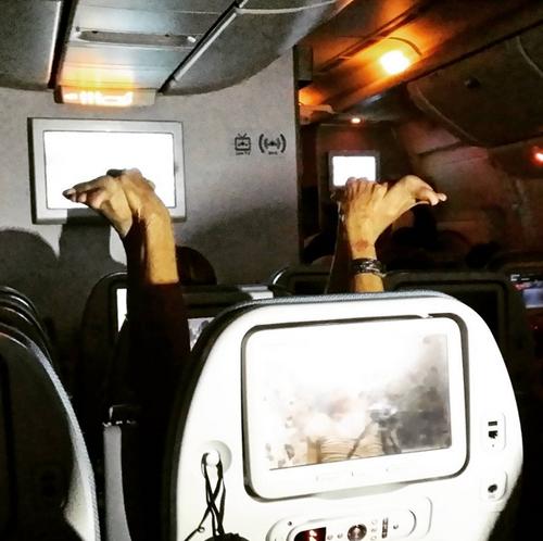 Những hình ảnh khó đỡ trên máy bay - 7