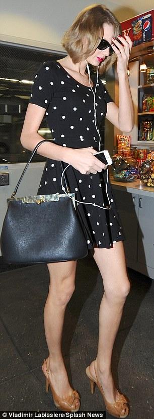 Taylor swift vẫn xinh đẹp và bắt mắt với váy 300 ngàn vnd - 4
