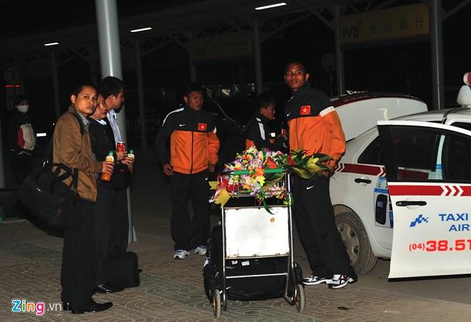U23 việt nam mệt mỏi ở sân bay nội bài - 8