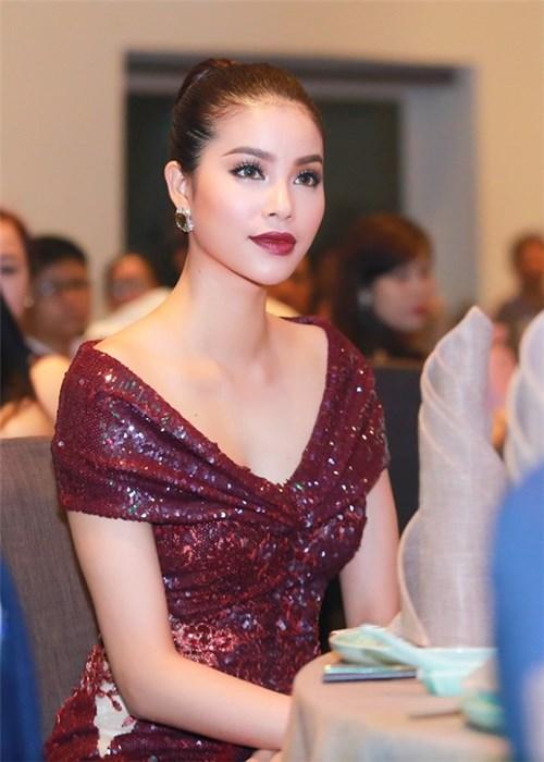 Mĩ nhân việt đọ sắc với váy áo màu đỏ rượu sang trọng tinh tế - 2