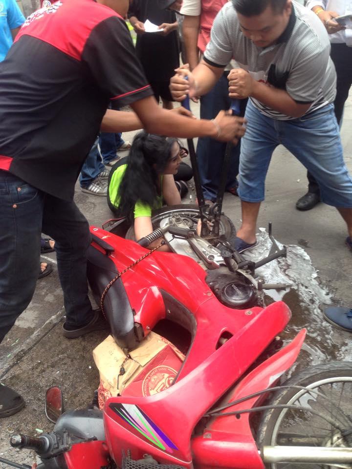 Tai nạn khiến cô gái xinh đẹp bị dính cánh tay vào bánh xe wave - 4