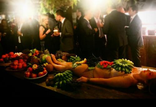 Quán bar bày trái cây trên cơ thể phụ nữ khỏa thân - 1