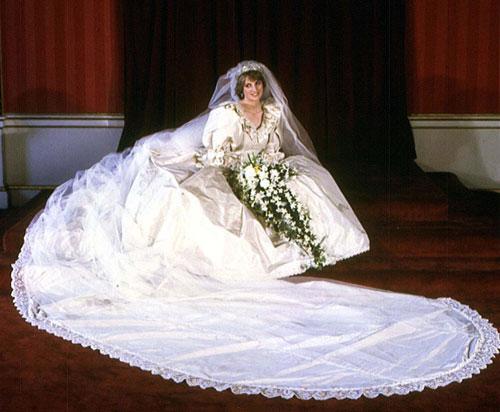10 mẫu váy cưới xấu của các mỹ nhân nổi tiếng thế giới - 1