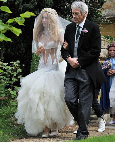 10 mẫu váy cưới xấu của các mỹ nhân nổi tiếng thế giới - 8