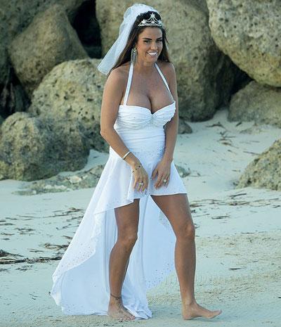 10 mẫu váy cưới xấu của các mỹ nhân nổi tiếng thế giới - 9