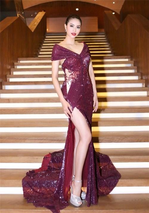 Mĩ nhân việt đọ sắc với váy áo màu đỏ rượu sang trọng tinh tế - 1