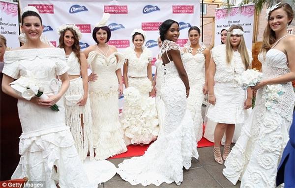 Ngạc nhiên tột độ khi biết những bộ váy cưới lộng lẫy được làm từ đâu - 1