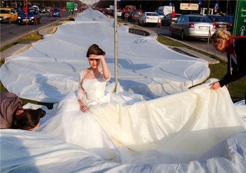 Những chiếc váy cưới điên rồ ai cũng lắc đầu ngán ngẩm - 15