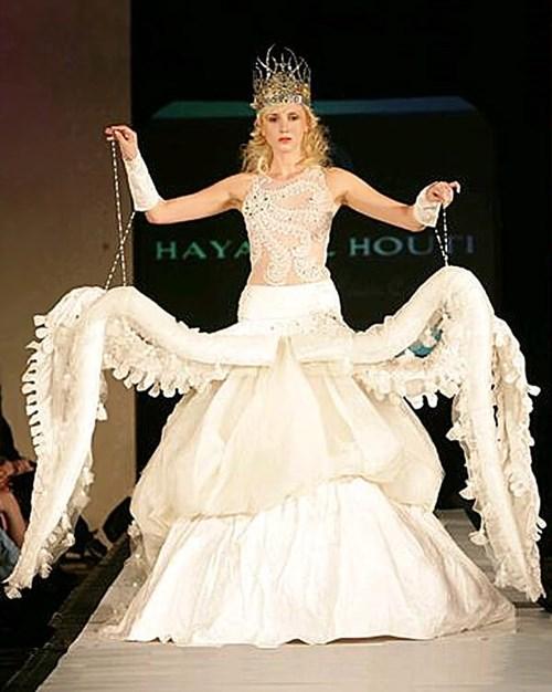 Những chiếc váy cưới điên rồ ai cũng lắc đầu ngán ngẩm - 16