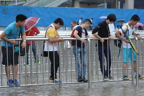 Sân bay thượng hải biến thành bến cảng vì mưa lớn - 1