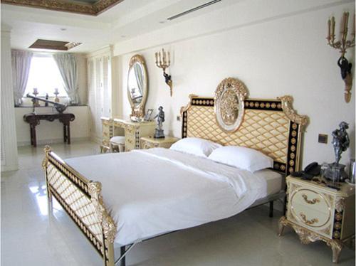 Phòng ngủ hoàng gia cổ điển đắt giá của sao nữ - 2