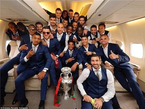 Bồ đào nha hoành tráng đón người hùng chiến thắng euro 2016 trở về - 1