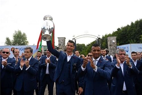 Bồ đào nha hoành tráng đón người hùng chiến thắng euro 2016 trở về - 8