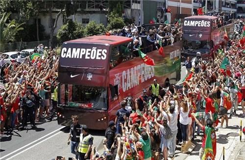 Bồ đào nha hoành tráng đón người hùng chiến thắng euro 2016 trở về - 13