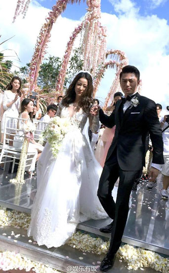 Váy phụ kiện hàng hiệu của lâm tâm như trong đám cưới - 1