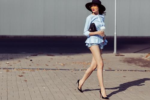 Á hậu lệ hằng khoe chân dài sexy không lo cháy nắng - 3