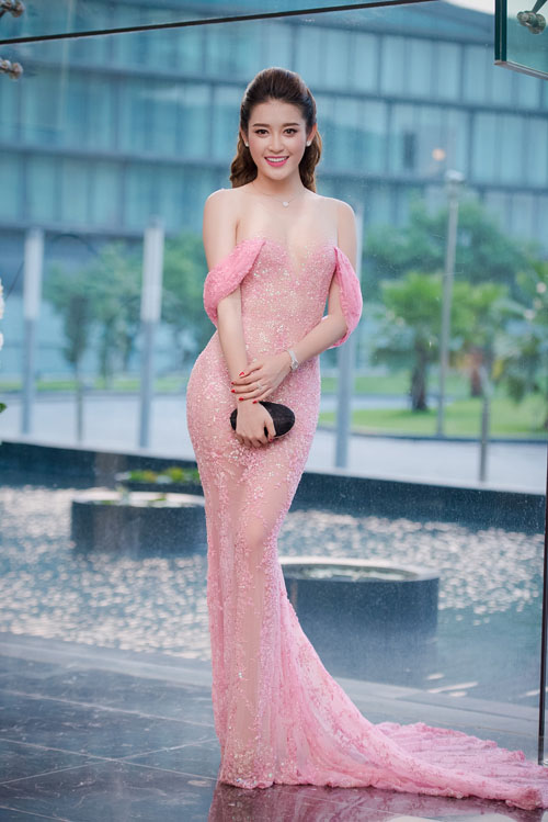 Chấm điểm váy áo của 2 á hậu hot nhất vbiz - 1
