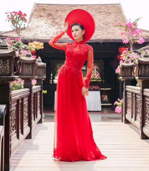 Cô dâu mùa hè tuyệt xinh với áo dài cưới màu đỏ - 1