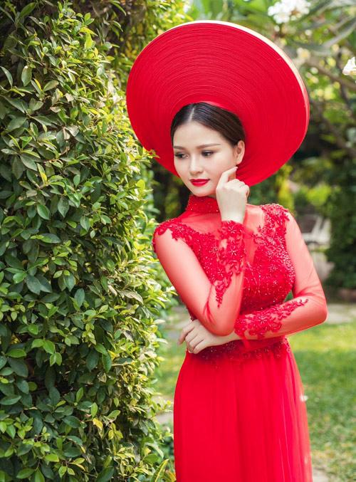 Cô dâu mùa hè tuyệt xinh với áo dài cưới màu đỏ - 2