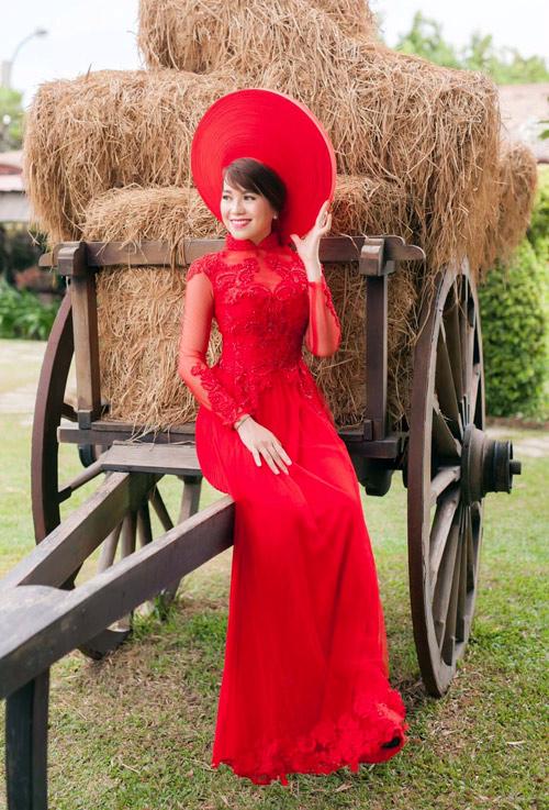 Cô dâu mùa hè tuyệt xinh với áo dài cưới màu đỏ - 9