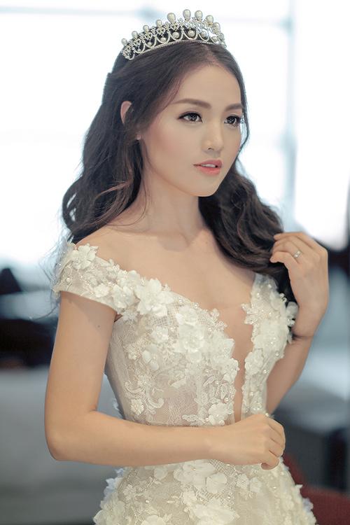 Linh phi thay hai váy cưới lộng lẫy và gợi cảm trong hôn lễ - 3