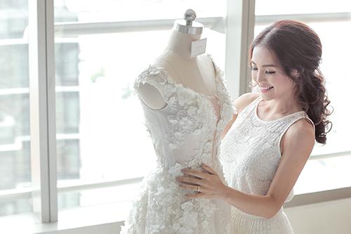 Linh phi thay hai váy cưới lộng lẫy và gợi cảm trong hôn lễ - 1