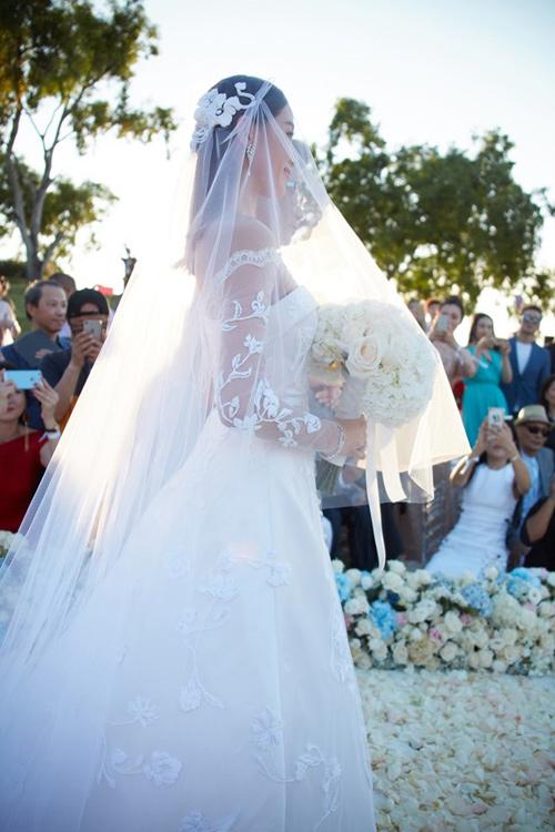 Lưu thi thi mặc váy cưới 11 tỷ đồng gây choáng váng - 1