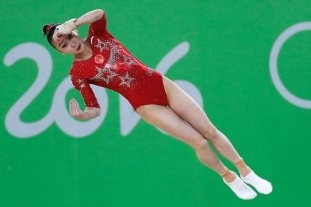 Lý do vận động viên thể dục dụng cụ mang tất khi tham gia olympic - 2