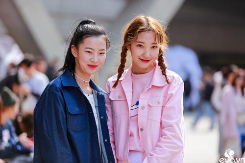 Ngắm street style của những thiên thần nhỏ tại seoul fw - 10