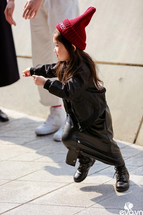 Ngắm street style của những thiên thần nhỏ tại seoul fw - 14