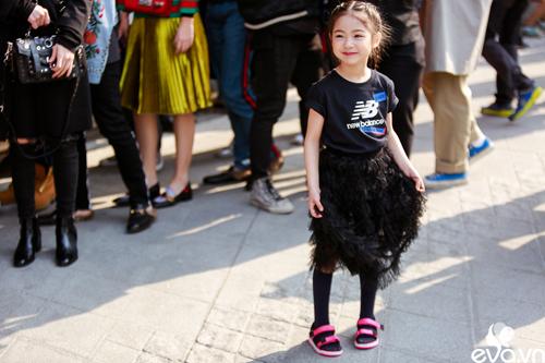 Ngắm street style của những thiên thần nhỏ tại seoul fw - 18