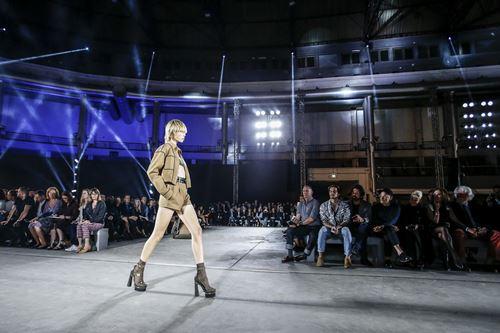 Phong cách quân đội đẹp mê hoặc của versace xuânhè 2016 - 4