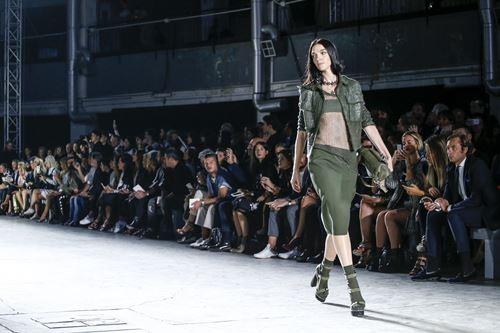 Phong cách quân đội đẹp mê hoặc của versace xuânhè 2016 - 16