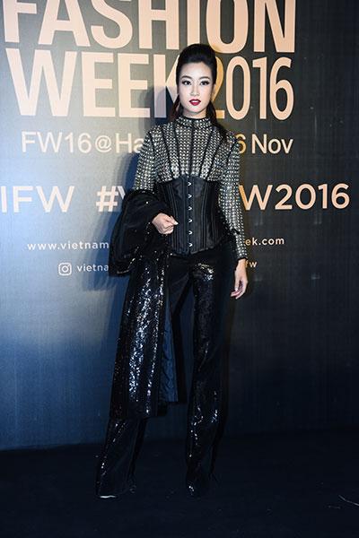 hoa hậu mỹ linh diện mốt corset thanh tú khoe nội y trên thảm đỏ - 1