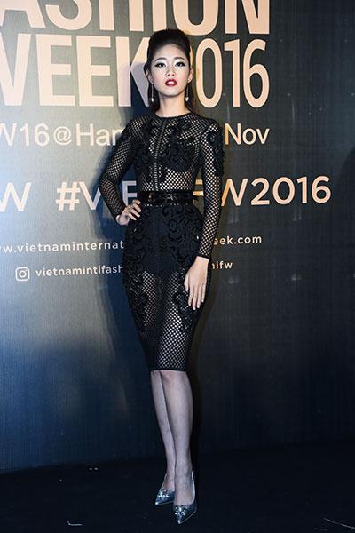 hoa hậu mỹ linh diện mốt corset thanh tú khoe nội y trên thảm đỏ - 2