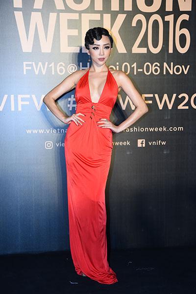 hoa hậu mỹ linh diện mốt corset thanh tú khoe nội y trên thảm đỏ - 7