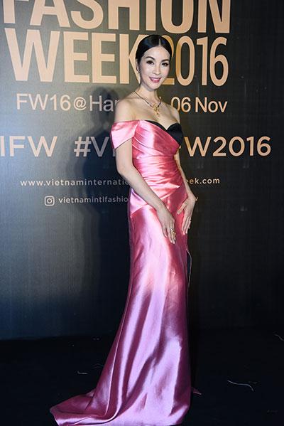 hoa hậu mỹ linh diện mốt corset thanh tú khoe nội y trên thảm đỏ - 10