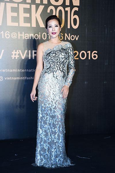 hoa hậu mỹ linh diện mốt corset thanh tú khoe nội y trên thảm đỏ - 11