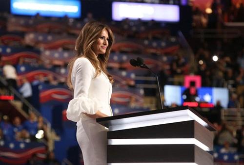 vợ người mẫu của tỷ phú donald trump mặc váy cưới đi sự kiện - 1