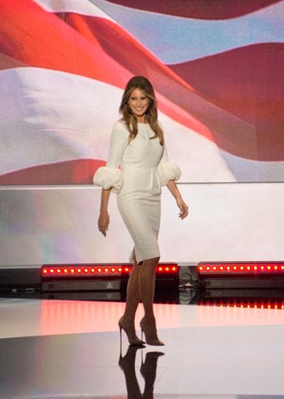 vợ người mẫu của tỷ phú donald trump mặc váy cưới đi sự kiện - 2