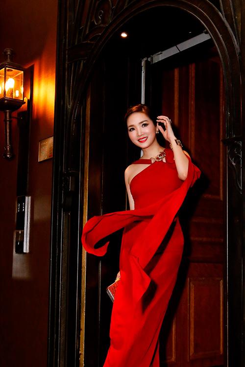 Hoa hậu giáng my đỏ rực khoe dáng bên xuân nguyễn - 2