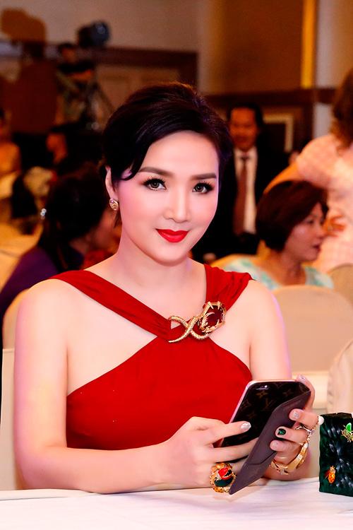 Hoa hậu giáng my đỏ rực khoe dáng bên xuân nguyễn - 9