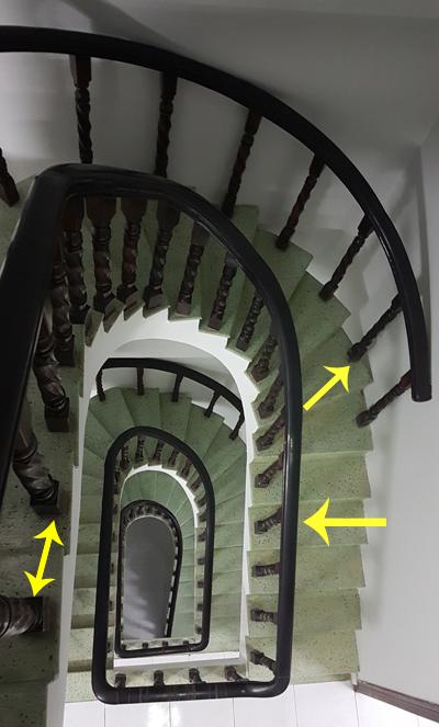 chủ nhà nên gắn lan can bên hông cầu thang - 1