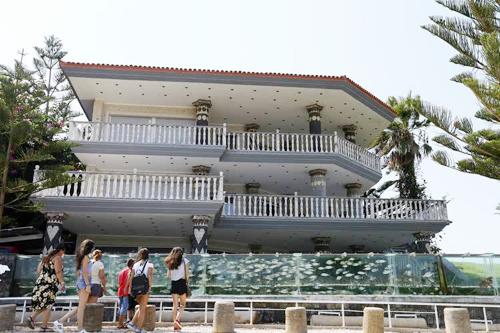 đại gia dùng bể cá bạch tuộc làm hàng rào quanh nhà - 1