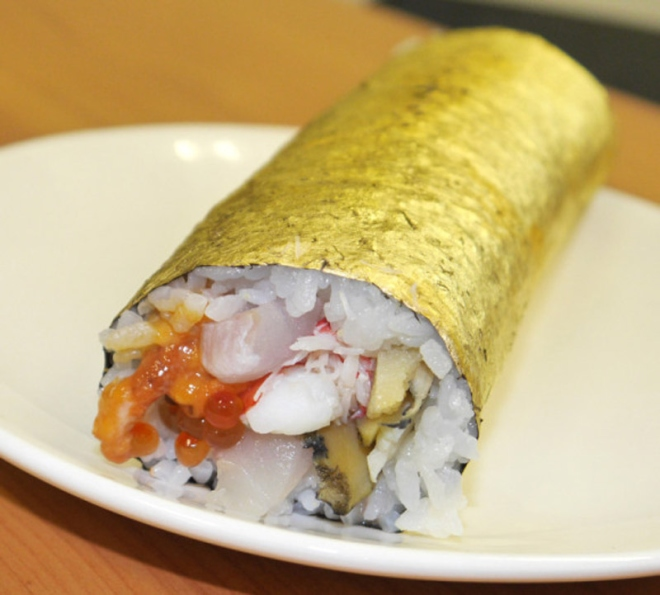 Cuộn sushi bọc vàng có giá gần 100 usd - 1