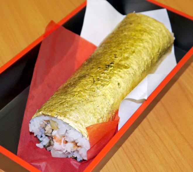 Cuộn sushi bọc vàng có giá gần 100 usd - 2