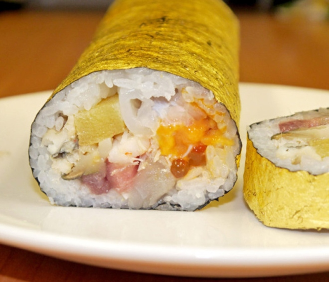 Cuộn sushi bọc vàng có giá gần 100 usd - 3