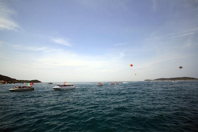 Gần 50 canô diễu hành trên biển cù lao chàm - 1